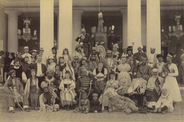 Фотография гостей в маскарадных костюмах, во время приёма у семьи Хайдарабаде, февраль 1890 года.
