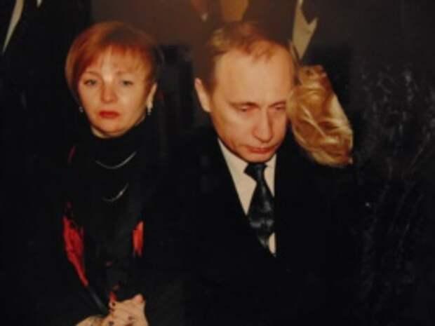 В.Путин на похоронах А.Собчака. Экспонат Музея становления демократии в современной России