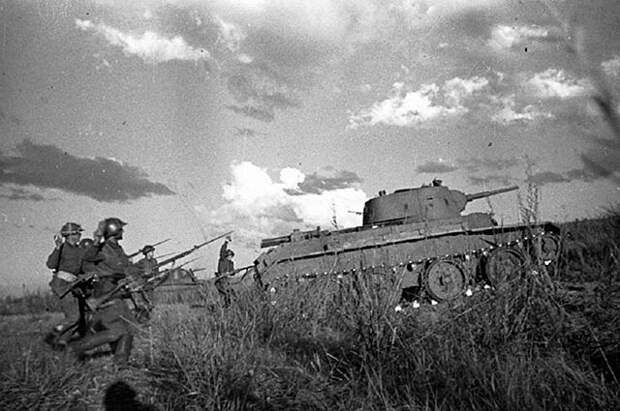 Танковая атака РККА. Халхин-Гол, август 1939 года.