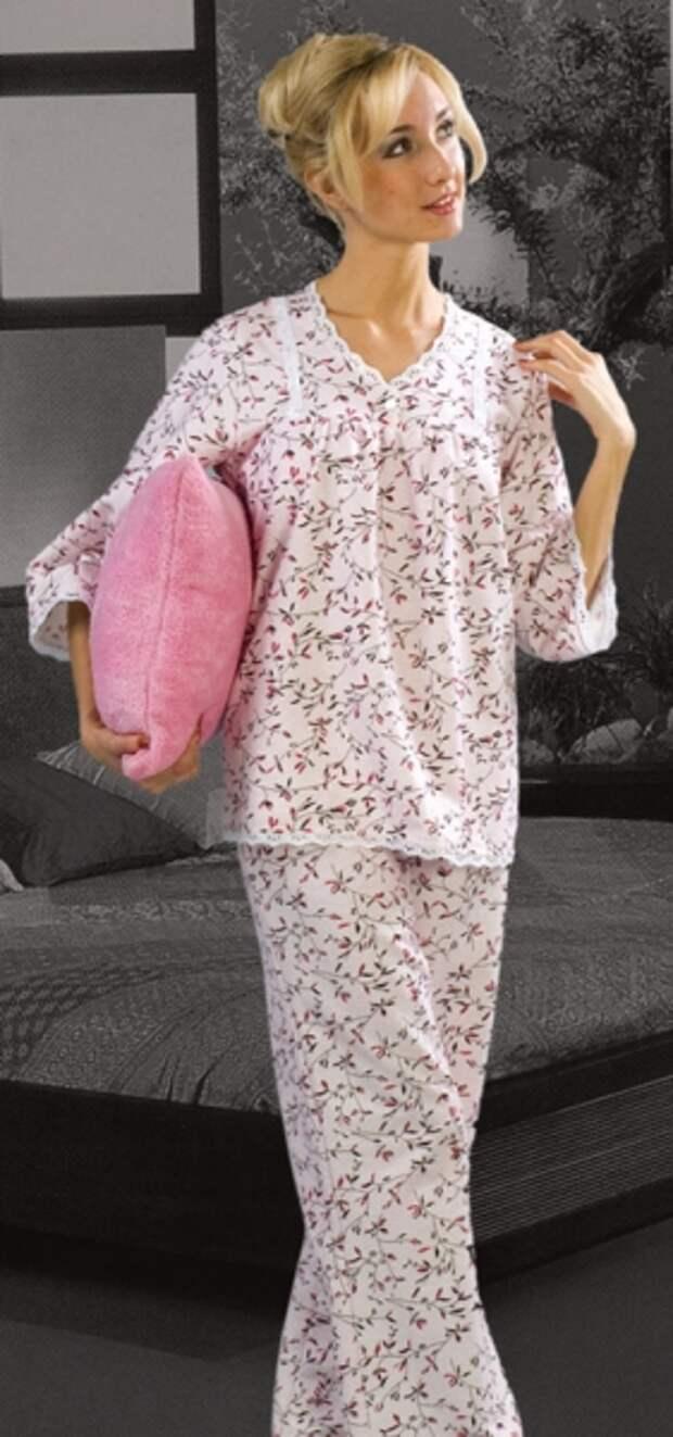 красивая девушка-блондинка в розой пижаме в цветочек из фланели