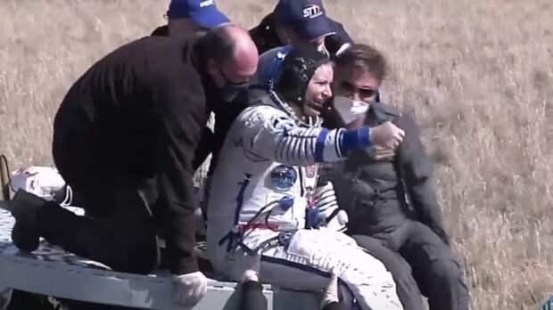 """Экипаж """"Союза МС-17"""" вышел из спускаемого аппарата после приземления"""