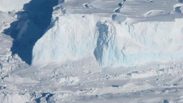 От Антарктиды всё чаще отламываются огромные айсберги — чем это может грозить?