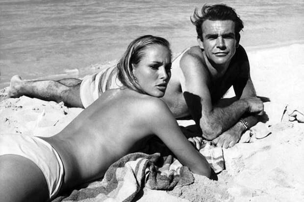 """Шон Коннери и Урсула Андрес на съемках фильма """"Джеймс Бонд 007: Доктор Ноу"""" (1962)"""