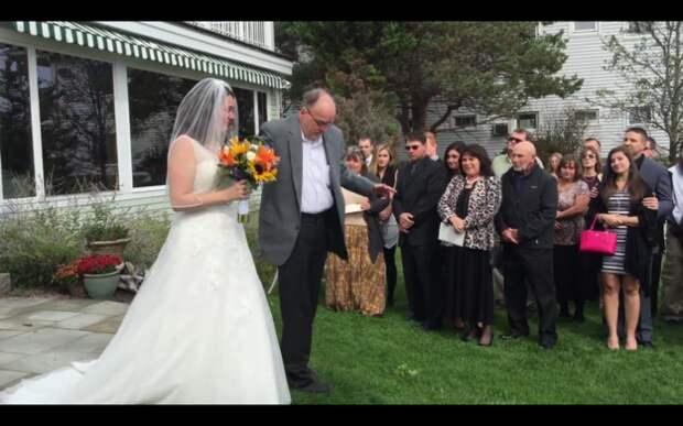 Отец удивил дочь на свадьбе, поднявшись с инвалидного кресла