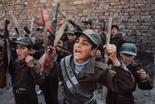 Потерянное поколение: шокирующие портреты детей, ставших солдатами раньше времени