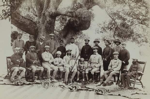 На этом фото, сделанном в 1899 году, царь Низама Хайдарабада Махбуб Али Хан  и его приближенные позируют пред камерой, восседая над шкурами львов.