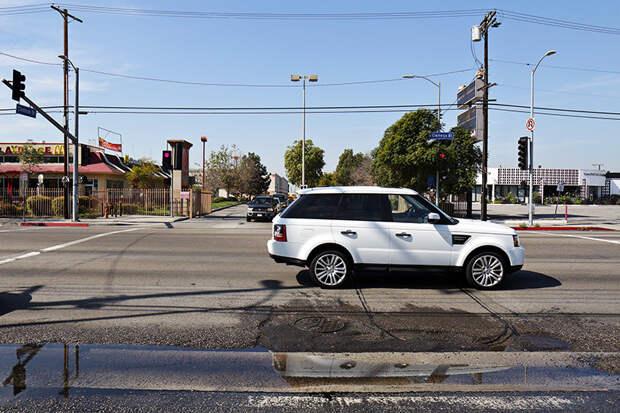 Когда пворачиваешшь на эту улицу приходится заезжать через встречную полосу. америка, асфальт, дороги, лос-анджелес