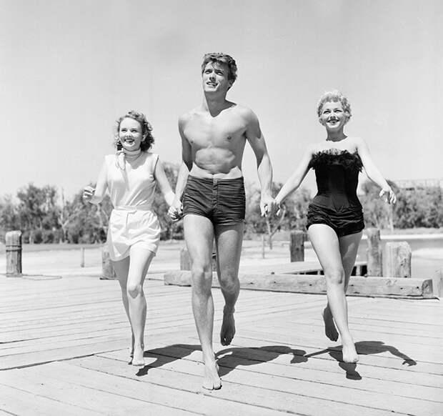 Молодой Клинт Иствуд в сопровождении двух голливудских актрис, 1954 интересно, история, фото