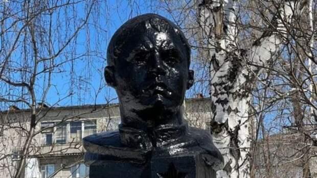 """Барнаульскую гимназию обязали убрать """"blackface"""" с бюста Матросова"""