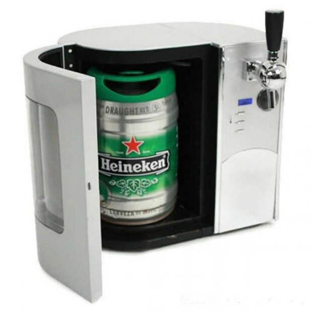 Мини холодильник для пива, который не только поможет охладить баночку, но и нальет напиток в стакан.
