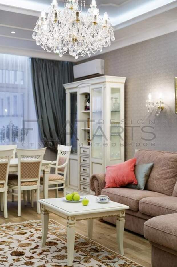 Интерьер гостиной, кофейный столик рядом с диваном