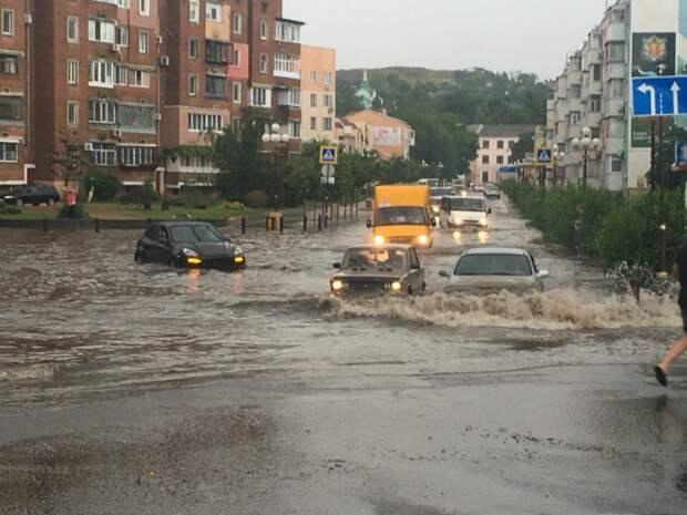 Из-за сильного ливня в Керчи автомобили ушли под воду (фото)