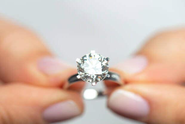 женщина, держащая бриллиантовое кольцо - кольцо стоковые фото и изображения