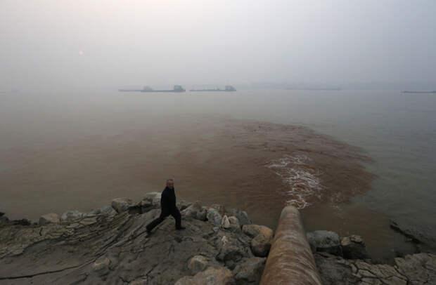 17. Вода с отходами сбрасывается через трубу в реку Хуанхэ загрязнение, китай, экология