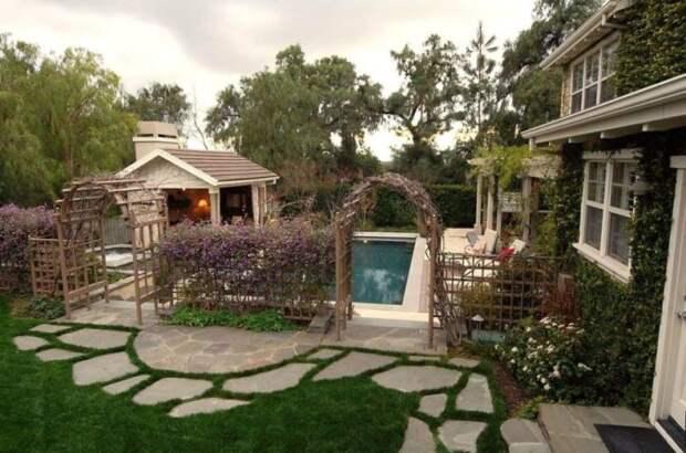Сделать оригинальный садовый забор с несколькими арками можно самостоятельно, без привлечения профессионалов.