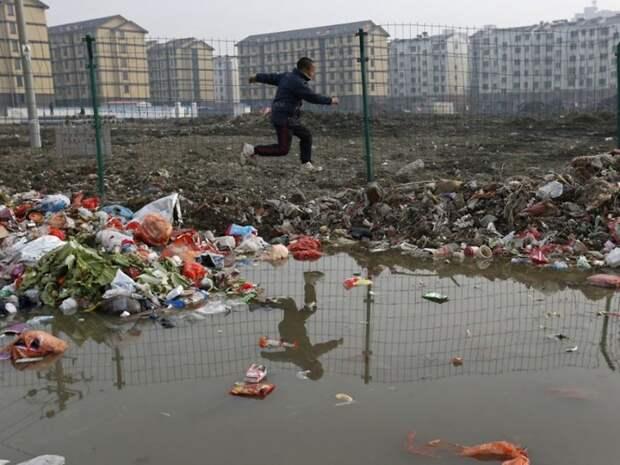 20. Ребёнок играет в мусоре, Цзясин загрязнение, китай, экология