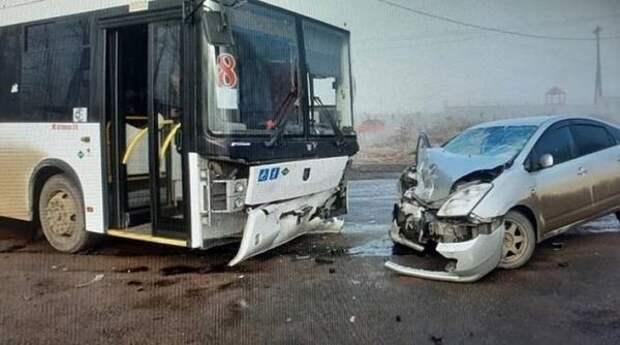 """Водитель на """"встречке"""" влетел в пассажирский автобус в Хабаровске"""