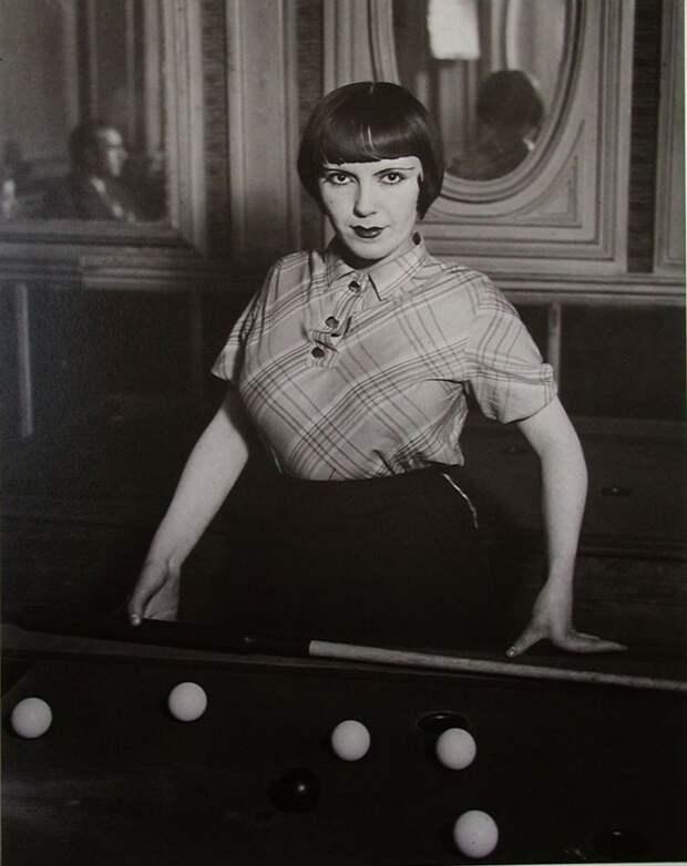 Проститутка играет в русский бильярд на бульваре дё Рошешуар, Монмартр, Париж, 1932 год история, картинки, фото