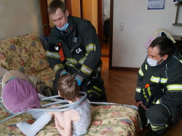 Спасателям пришлось разрезать стул, в котором застрял мальчик