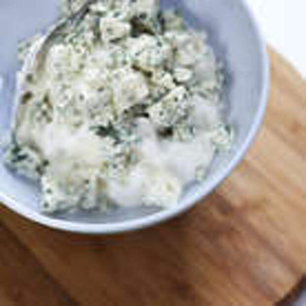 Голубой сыр нарезать небольшими кубиками и перемешать со сливочным сыром.