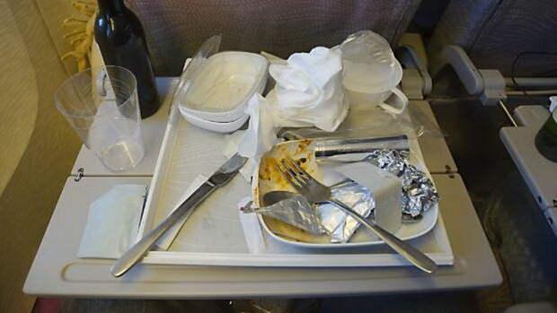 После еды мусор можно сложить в пакет и позже отдать стюардессе.
