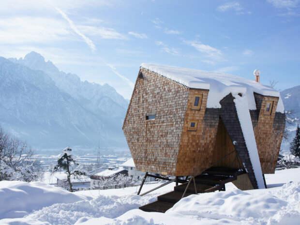 Небольшой домик в маленьком заснеженном городке Австрии.