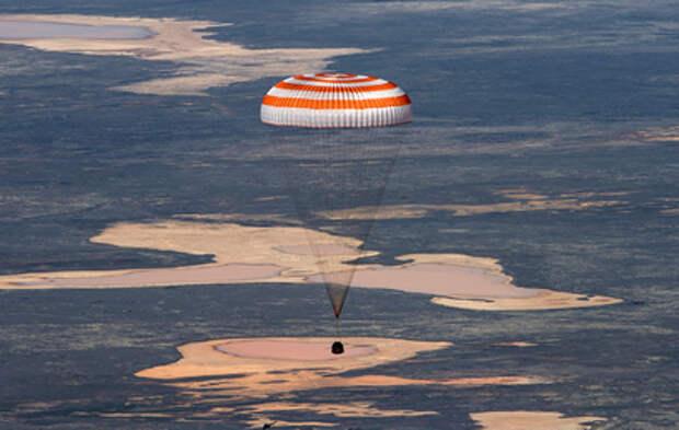 Российские космонавты успешно вернулись на Землю