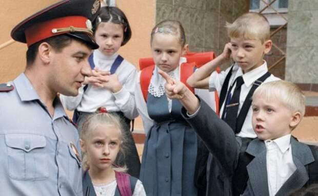 Сотрудник ГИБДД проводит работу с детьми