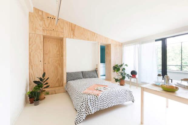 Интерьер квартиры - панель из фанеры трансформируется в двуспальную кровать