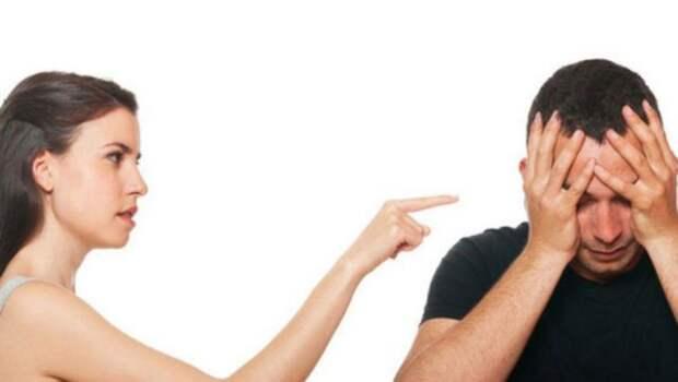 девушка тычет пальцем в парня, закрывшего лицо руками