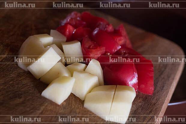 Картофель и помидор нарезать ломтиками, положить в кастрюлю.