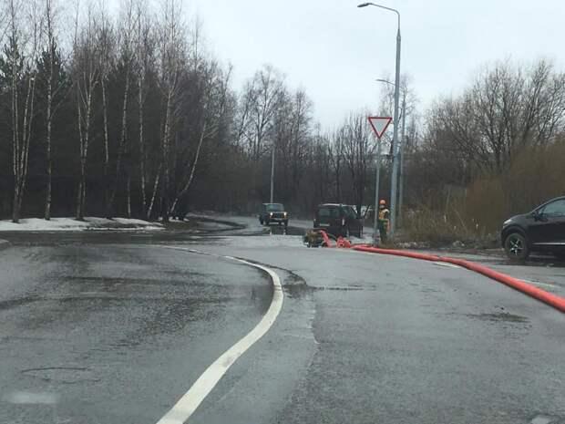 Мосводосток устраняет подтопление в районе поворота на бульвар Академика Ландау
