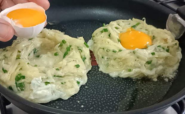 Яичница из картошки. Перетираем с зеленью как для драников, а яйца добавляем поверх