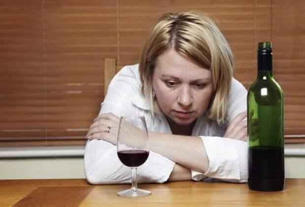женщина с бутылкой вина на столе