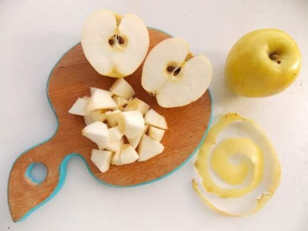 Очистим яблоки от кожиц и сердцевинок