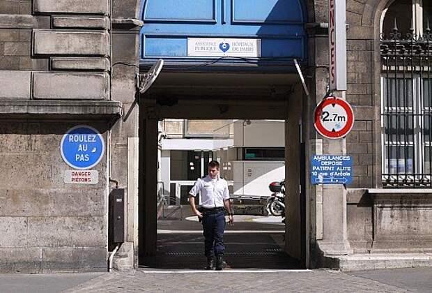 Охраняемый, но свободный проезд для публики к приемному отделению для неотложных случаев (ER- Emergency Room) Парижского госпиталя. Для карет «скорой  помощи» с лежачими пациентами организован отдельный въезд с соседней улицы