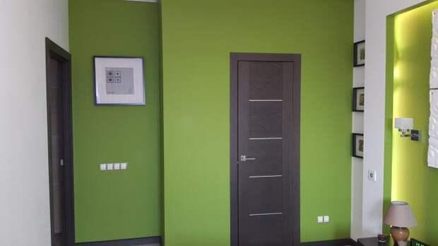 Дверь и зеленые стены в спальне