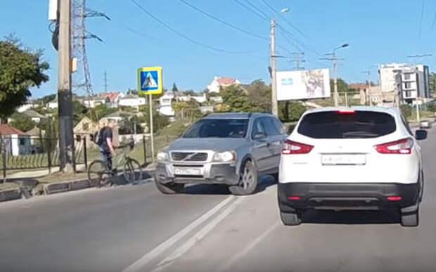 В Крыму автомобилист сбил велосипедиста и напал байкера. Перепутал!