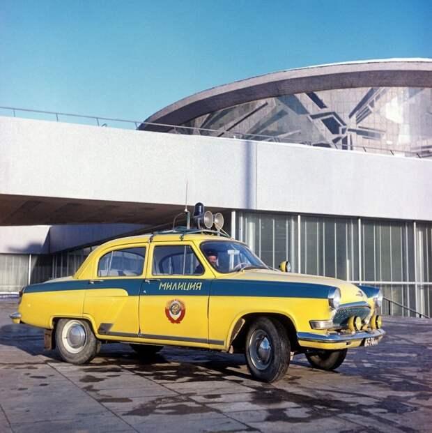 Кстати, согласно стандарту ВНИИТЭ желтый милицейский цвет должен быть лимонного оттенка. Вот как на этой 21-й. Но в реальности этому правилу следовали не всегда СССР, авто, автоистория, гибдд, ливрея, полицейский автомобилиь, полиция