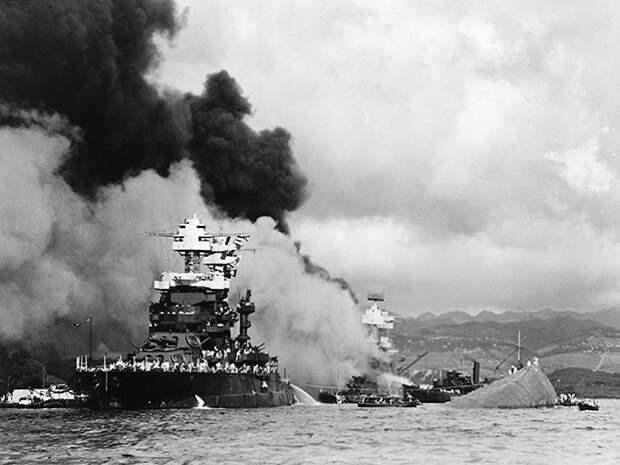 USS Maryland наряду с перевернулась USS Оклахоме.  USS ...