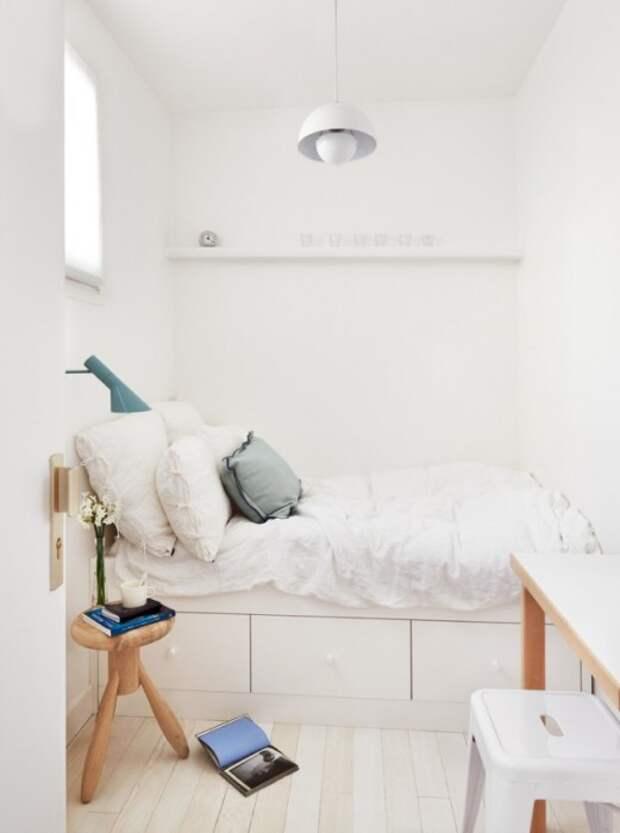 Современная спальная комната в малогабаритной квартире с простым и лаконичным дизайном.