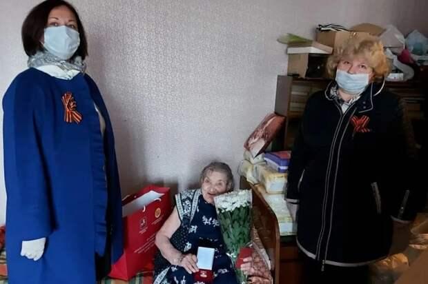 Ветеранов-героев из Ховрина наградили знаком «80 лет битвы за Москву»