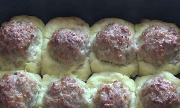 Смешиваем фарш с картошкой: моментальные ленивые пирожки