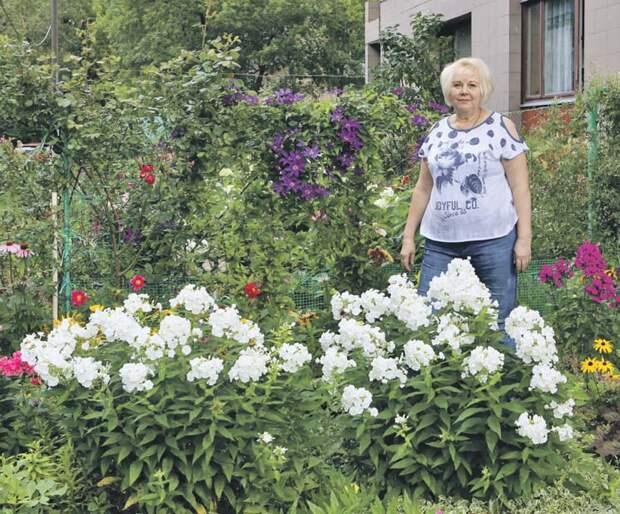 Людмила Перова каждый день ухаживает за палисадником во дворе/ Ярослав Чингаев