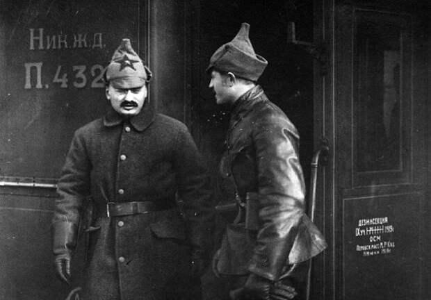 Зачем Троцкий одел своих телохранителей в красную форму