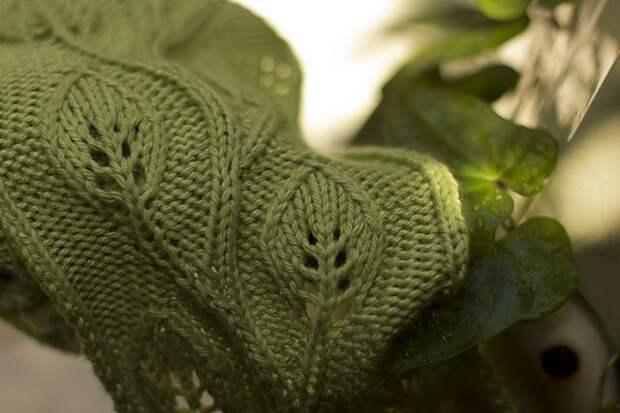 Шарф с узором из листьев