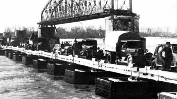 Колонна автотехники при форсировании Дуная по деревянному мосту ДМП-42. Весна 1945 года авто, автоистория, военная техника, история, переправа, понтон, понтонно-мостовая переправа