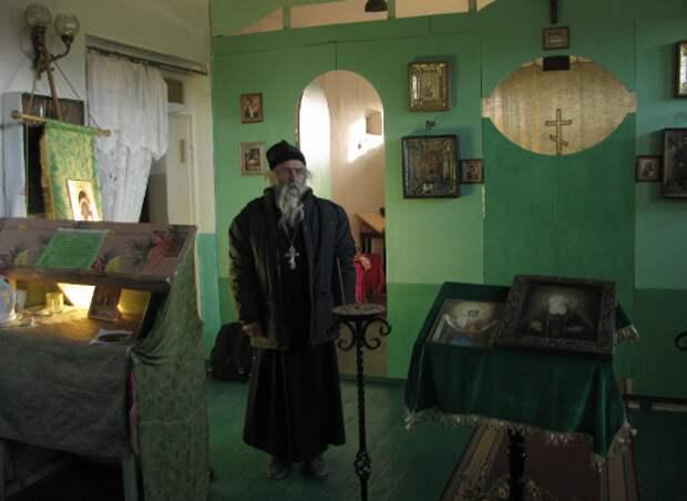 Священник Алексий в своем храме в селе Каменка