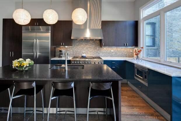 Кухня с отделкой гарнитура из натурального венге и столешницами рабочих поверхностей из темного и светлого мрамора