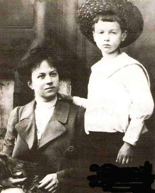 Александра Коллонтай с сыном Мишей